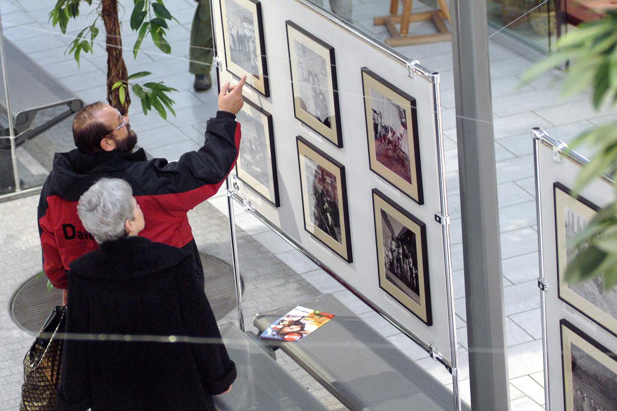 """Wystawa """"Zwykle miasto. Gdansk wobiektywie ojca isyna, Zbigniewa iMacieja Kosycarza"""" wgdanskim Centrum Handlowym Manhattan. 02.12.2004 Fot.Maciej Kosycarz / KFP"""
