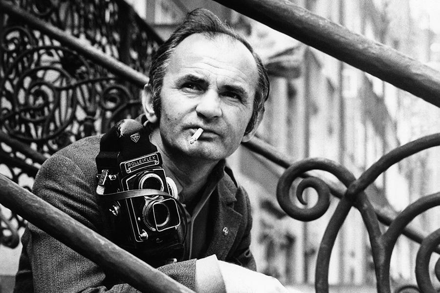 Fotoreporter Zbigniew Kosycarz zaparatem rolleiflex naul.Mariackiej wGdansku. 1972 Fot.Marek Zarzecki / KFP ZAKAZ PUBLIKACJI ZDJECIA WINTERNECIE