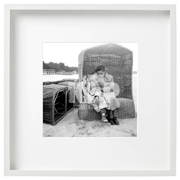 Zdjęcie mca0191z: Zakochani na plaży w Sopocie . Lata 60. Fot. Zbigniew Kosycarz / KFP