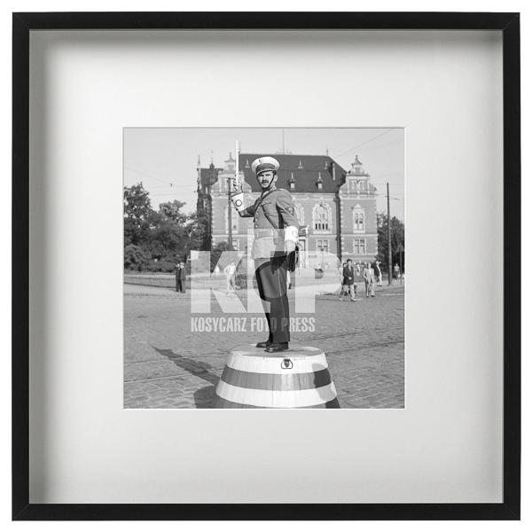 Milicjant kierujący ruchem. Rok 1960. Fot. Zbigniew Kosycarz / KFP