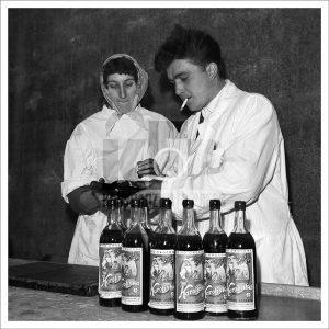 Produkcja czerwonego słodkiego wina owocowego Karolinka